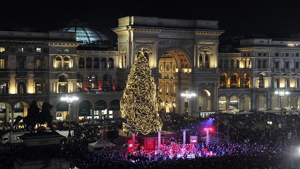 Albero Di Natale 6 Mt.Natale A Milano Si Accende Joy 28 Metri Di Altezza E 6 Km Di Luci